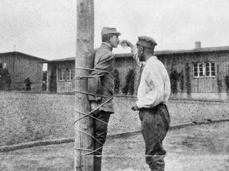 1917_francia_fogoly_itatja_buntetesben_levo_tarsat_a_zwickaui_fogolytaborban.jpg