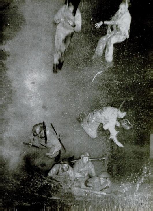 1942_ausztral_tengereszek_repultek_a_levegobe_egy_papua_uj-guineai_folyon_miutan_serult_hajojukat_elhagyva_az_mogottuk_felrobbant.jpg