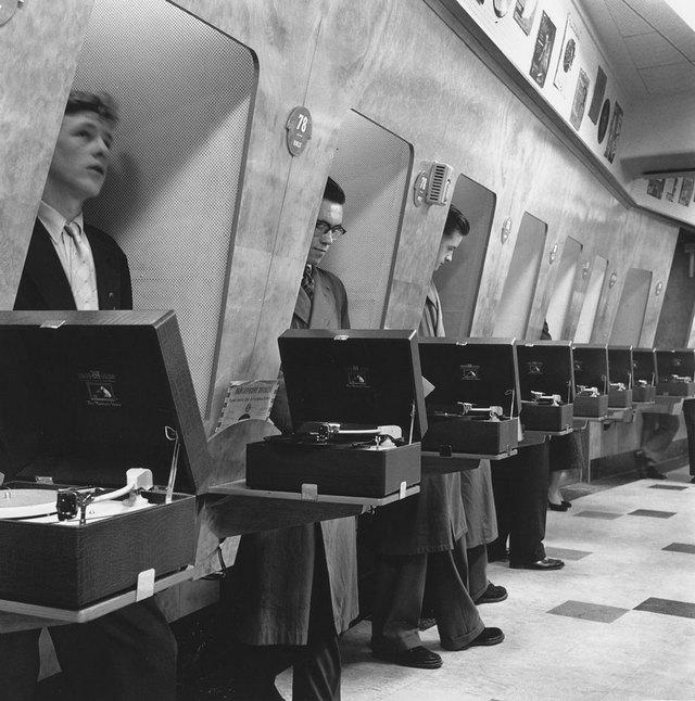 1955_egy_londoni_zenearuhaz_vasarloi_kis_boxokban_hallgatjak_a_lemezeket.jpg