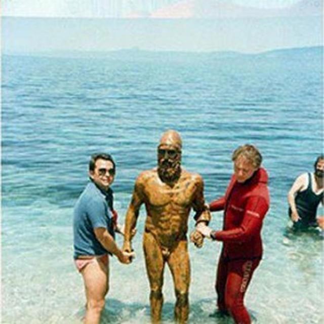 1972_egyike_a_ket_riacei_bronzszobornak_amit_stefano_mariottini_egy_romai_vegyesz_nyaralasa_alatti_buvarkodasakor_talalt_a_jon-tengerben.jpg