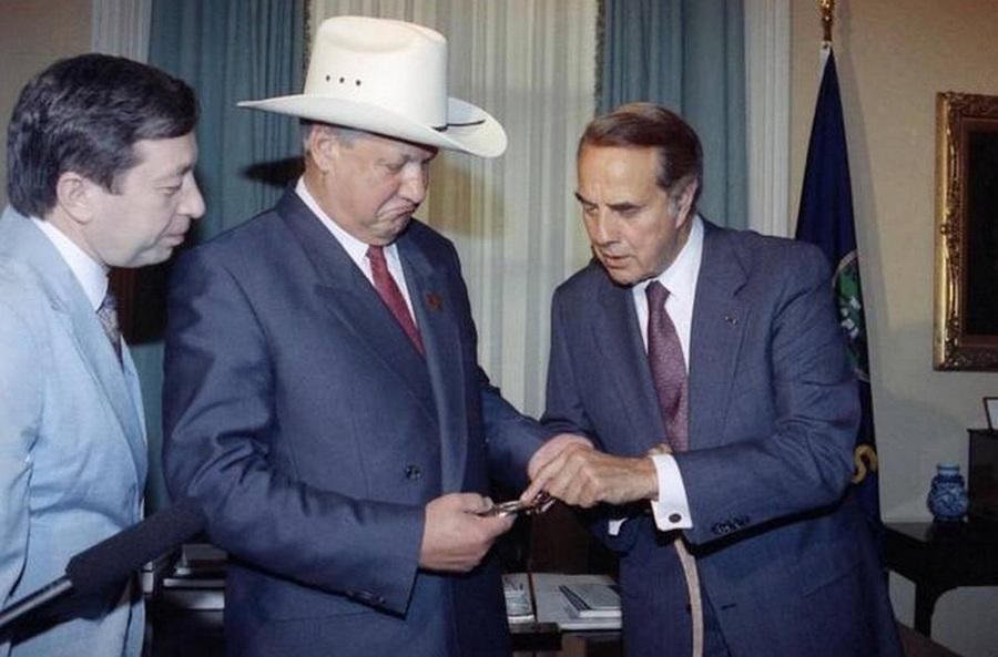 1991_borisz_jelcin_ismerkedik_a_cowboy-ovvel_es_kalappal_amit_bob_dole_szenatortol_kesobbi_elnokjelolttol_kapott_ajandekba_az_egyesult_allamokban_tett_latogatasa_soran.jpg