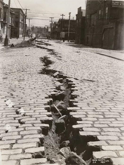 1906_a_folsom_street_san_franciscoban_a_nagy_foldrenges_utan.jpg