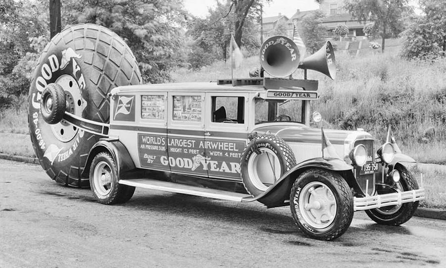 1919_a_goodyear_gumigyar_repulogepabroncs_bemutato_reklamautoja.jpg