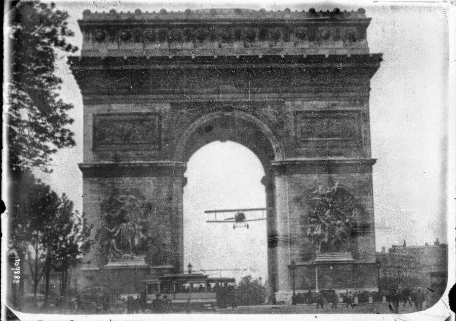 1919_augusztus_7_charles_godefroy_pilota_nieuport_11_bebe_gepevel_atrepul_a_diadaliv_alatt_parizsban.jpg