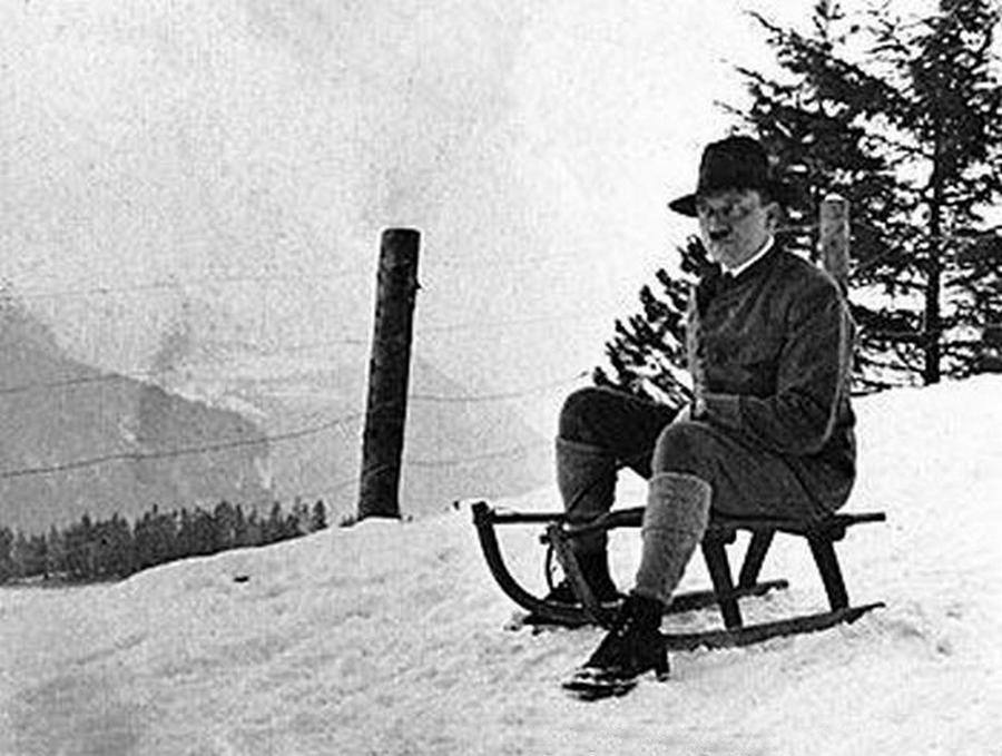 1934_korul_hitler_szankozik.jpg