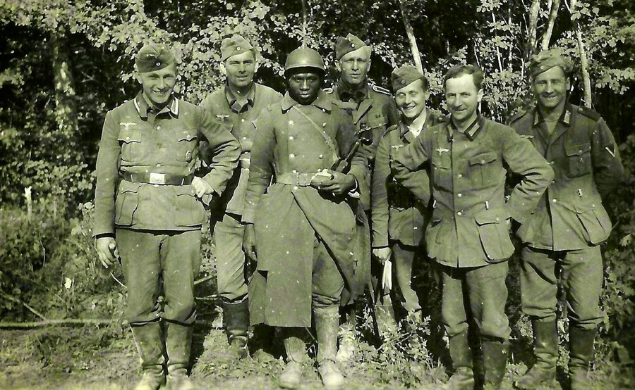 1940_nemet_katonak_egy_elfogott_fekete_boru_francia_katonaval_pozolnak.jpg