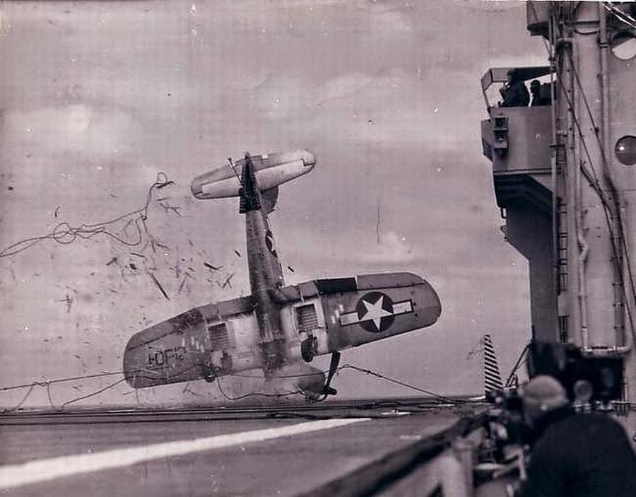 1944_f4u_corsair_balesete_egy_repulogephordozo_fedelzeten_amikor_a_fekezokotel_elszakadt.jpg
