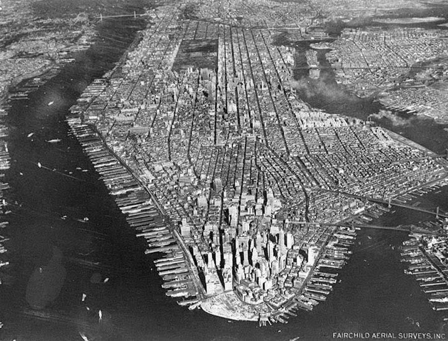 1951_new_york_manhattan_nezete_madartavlatbol_eszak_fele_a_sotet_teglalap_fent_kozepen_a_central_park_meg_feljebb_balra_a_george_washington_bridge_jobbra_lent_a_brooklyn_es_a_manhattan_hidak.jpg