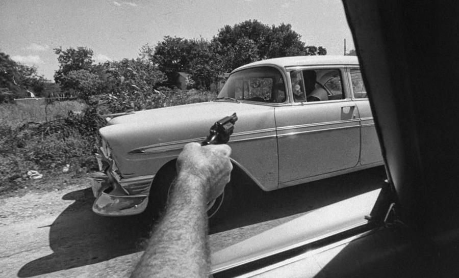 1969_amerikai_hatarorseg_ugynoke_fog_fegyvert_egy_lehetseges_marihuana_csempesz_autojara_az_usa-mexiko_hatarteruleten.jpg