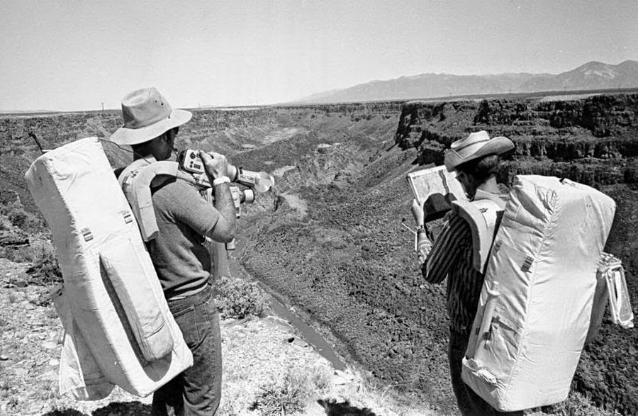 1971_john_young_es_charles_duke_a_kesobbi_apollo_16_urhajosai_egy_treningen_az_uj-mexiko-i_sivatagban.jpg
