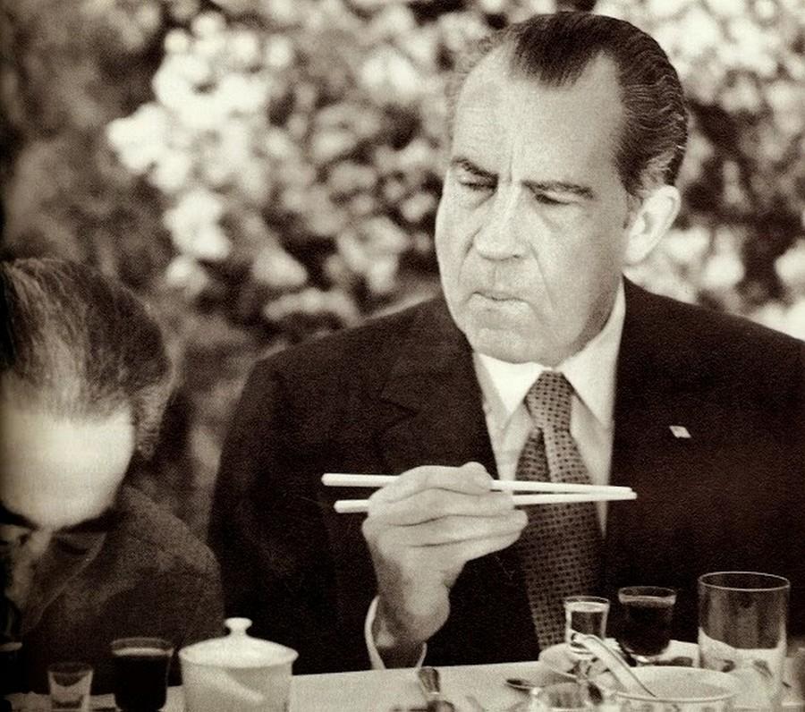 1972_richard_nixon_akkori_amerikai_elnok_kinai_latogatasa_soran_probalja_elsajatitani_a_palcikaval_evest.jpg