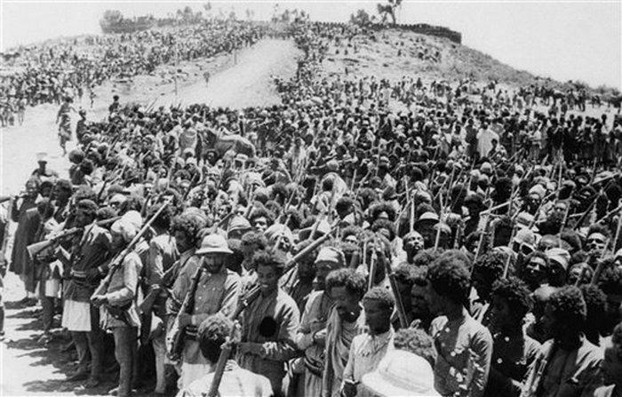1896. Első olasz-etióp háborúban csatára készülő etiópok..jpg