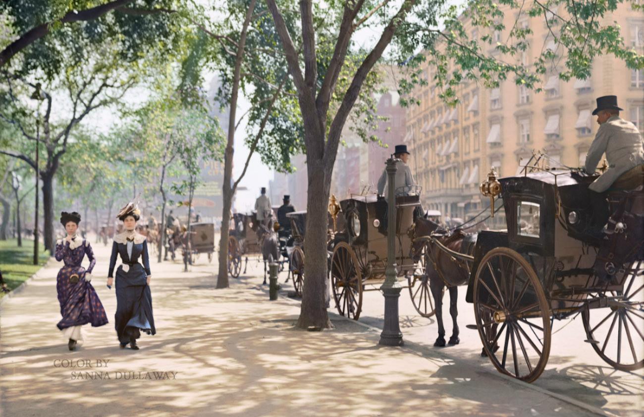 1900. New York, Madison square. Lovaskocsik fuvarra várva. Digitálisan színezett kép..jpg