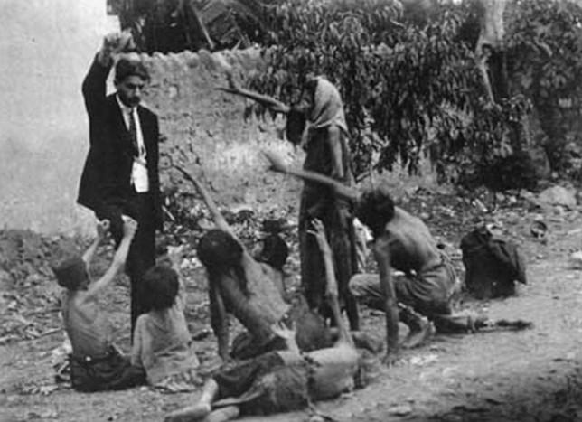 1915. Török tisztviselő egy darab kenyeret mutat az éhező örmény gyerekeknek az örmény népirtás idején._cr.jpg
