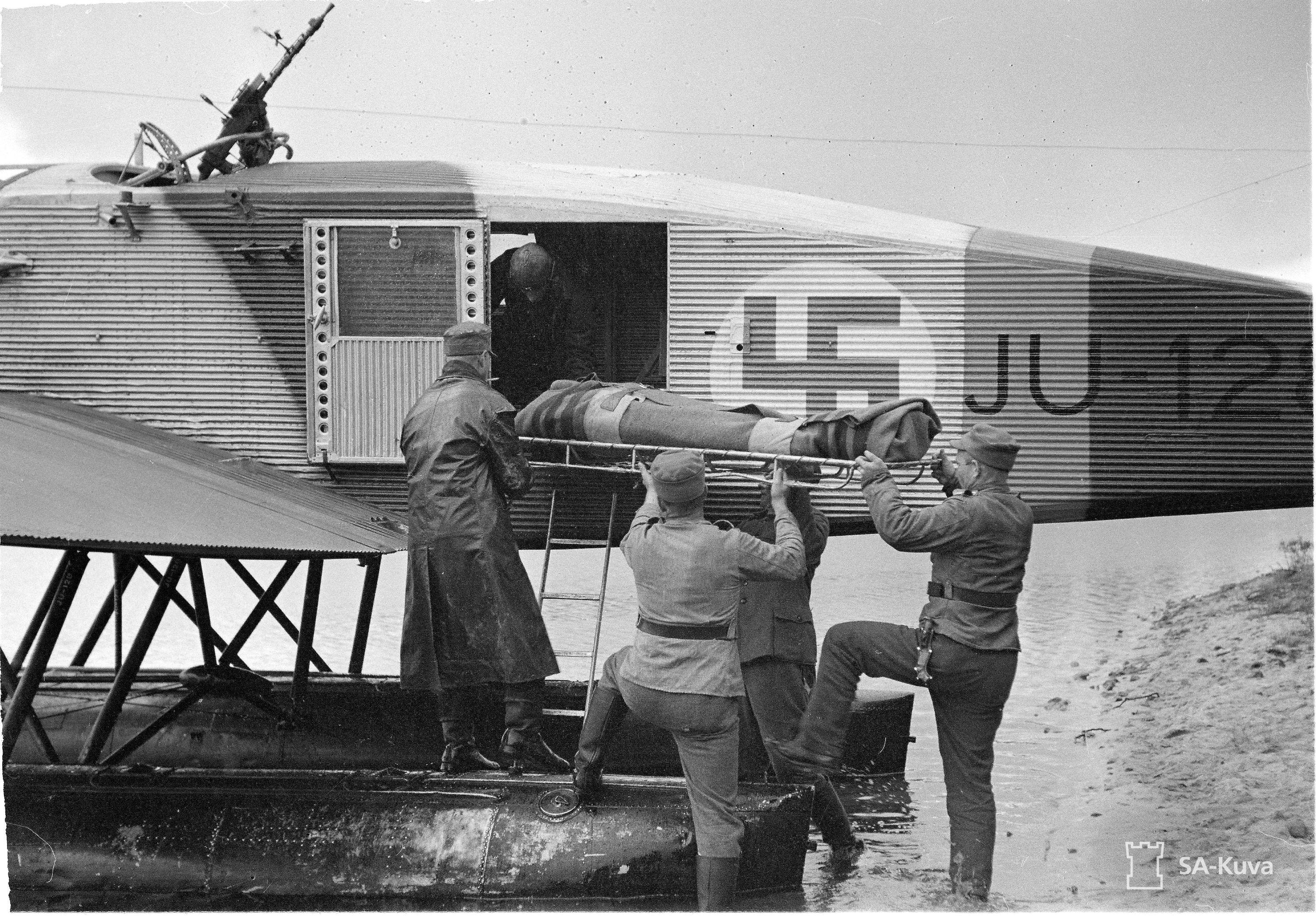 1941. Sérült finn katonát mentenek a frontvonalról, Junkers hidroplánnal..jpg