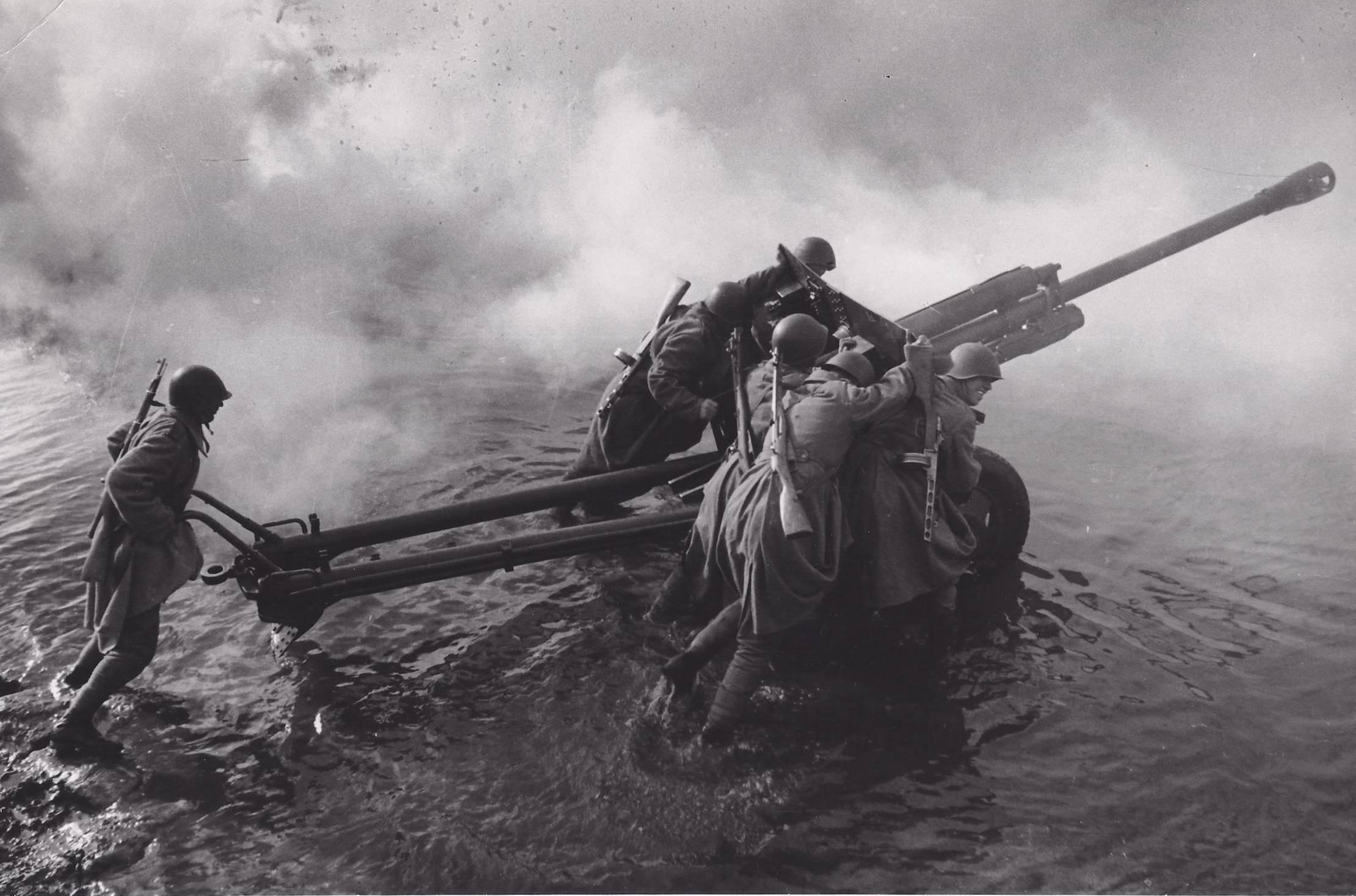 1944. A Vörös Hadsereg katonái kelnek át az Oderán, tankelhárító ágyúval..jpg