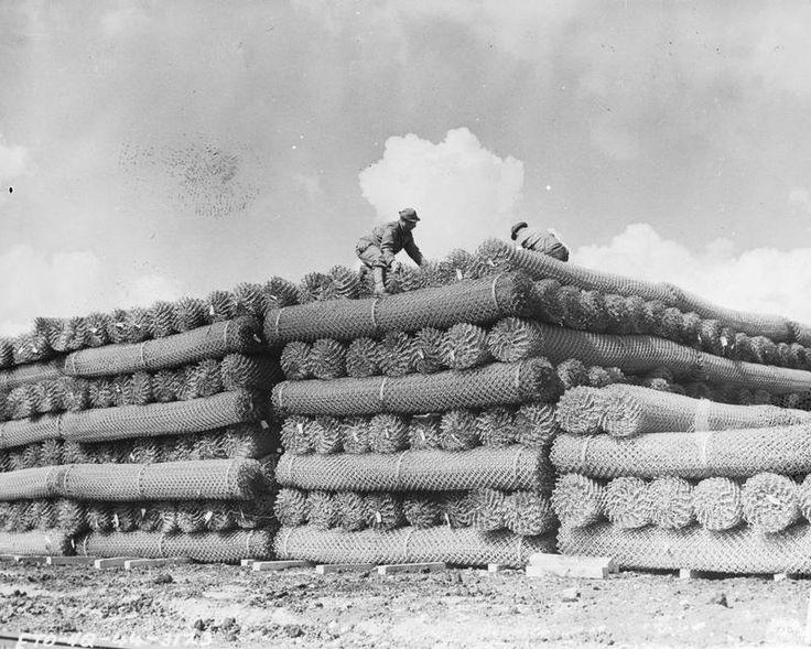 1944. Amerikai katonák a normandiai partraszállás előtt drótakadályokat készítenek elő Angliában..jpg