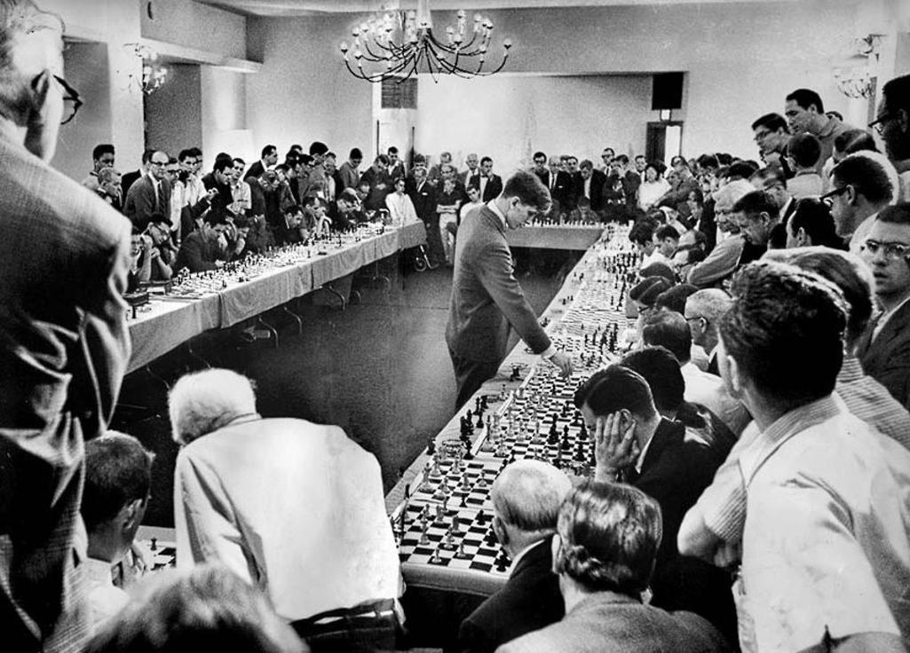 1964. Bobby Fisher 50 ellenféllel sakkozik egy hollywoodi hotelben. 47-et nyert, egyet vesztett, kettőt döntetlennel fejezett be..jpg