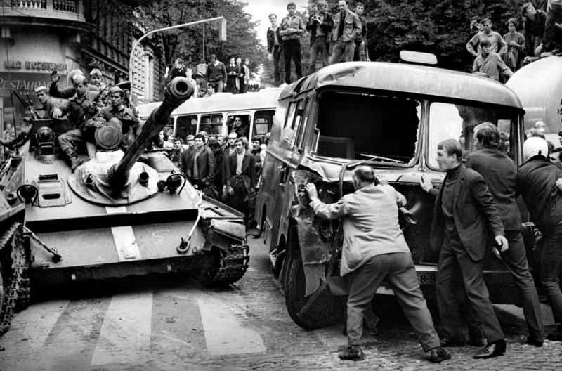 1968. A Prágai Tavasz idején civilek próbálják a  szovjet tankokat visszatartani autókból épített barikádokkal..jpg