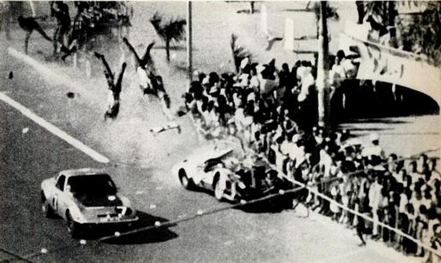 1970. Luanda, Angola. Utcai autóversenyen egy Porsche a tömegbe hajt és halálra gázol két nézőt..png