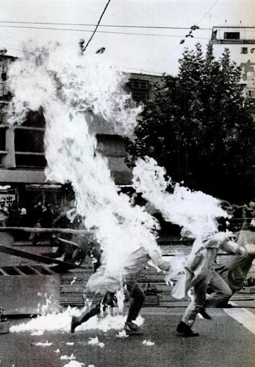 1970. Tűntetésen véletlenül saját magukat felgyújtó fiatalok Japánban..jpg