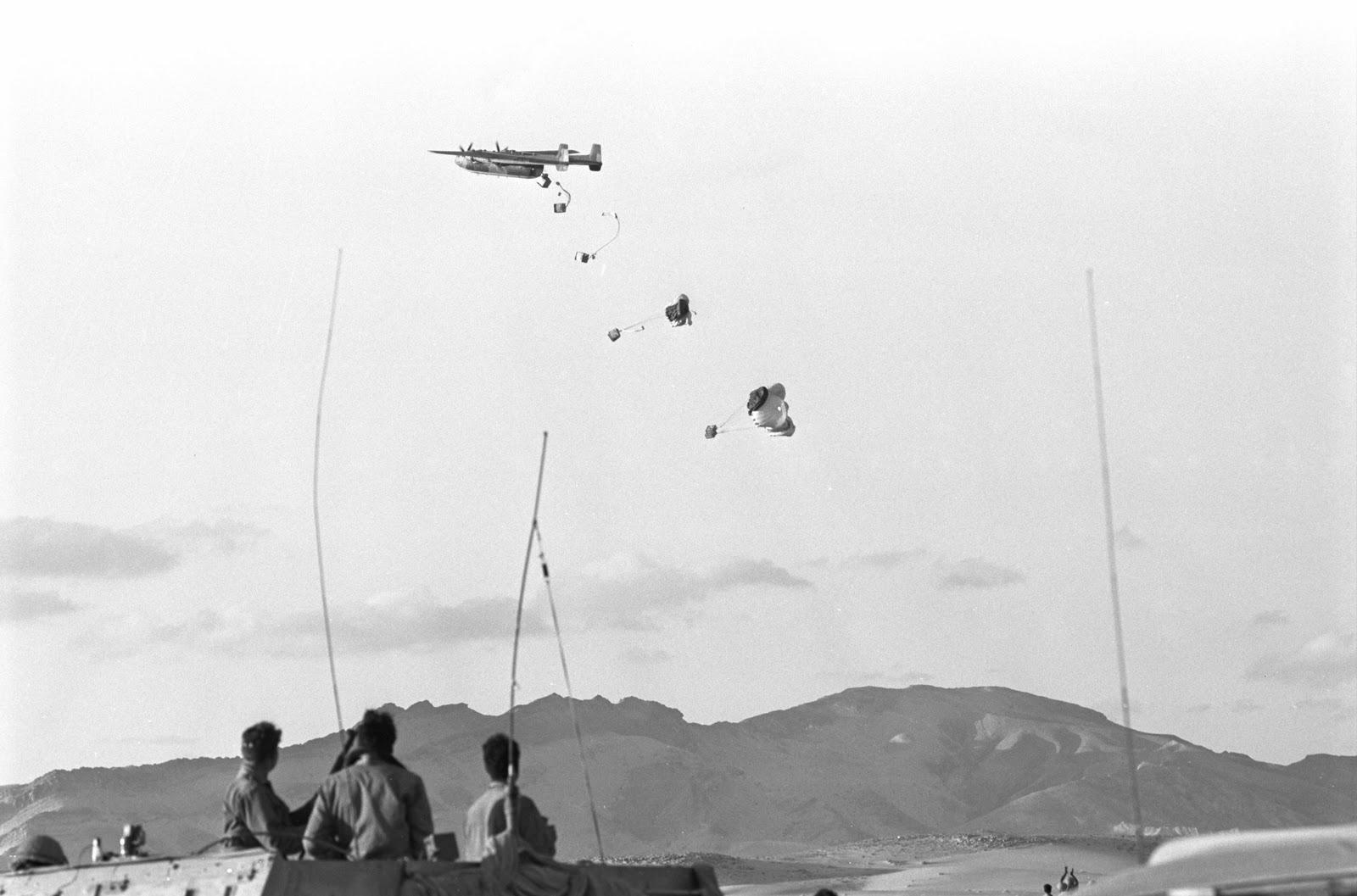 1973. Izraeli teherszállító, ellátmányt dob le a katonáknak az egyiptomi határon..jpg