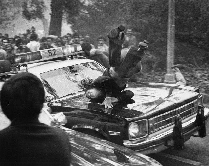1979. Rendőrautó gázol el egy nőt a beverly hills-i zavargások idején. A rendbontást irániak kezdték, amikor megtámadták a házat, ahol a Shah felesége tartózkodott..jpg
