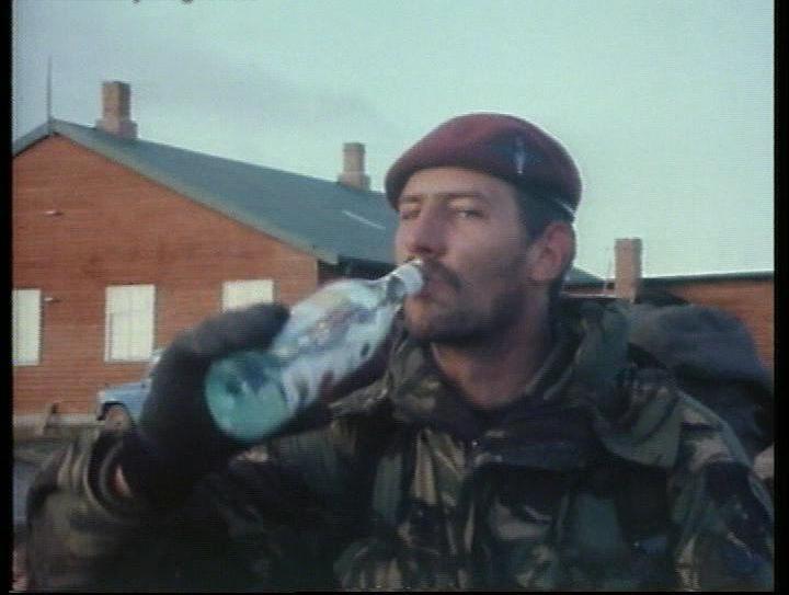 1982. Falklandi háború. Brit ejtőernyős a szigeteken ünnepelve Bacardit iszik..jpg