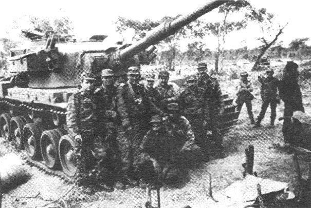 1988. Kubaiak egy zsákmányolt dél-afrikai Olifant tankkal..jpg