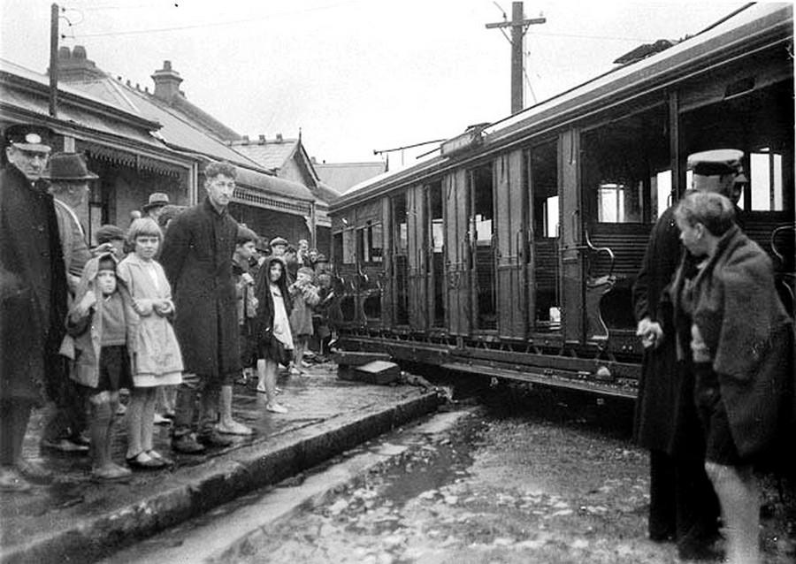 1934. Kisiklott villamoskocsi, az ún. O-car, Sydneyben.jpg