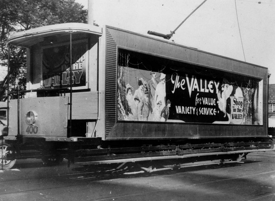 1933. Bevásárlóközpont plakátja egy motorkocsin.jpg