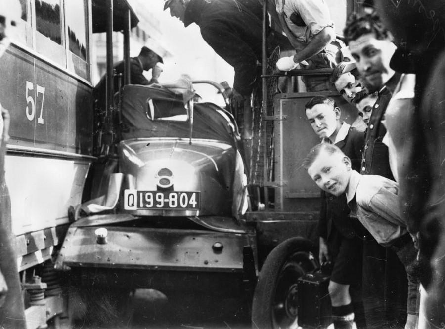 1935. Két villamos közé szorulva. McLachlan Street, Brisbane..jpg