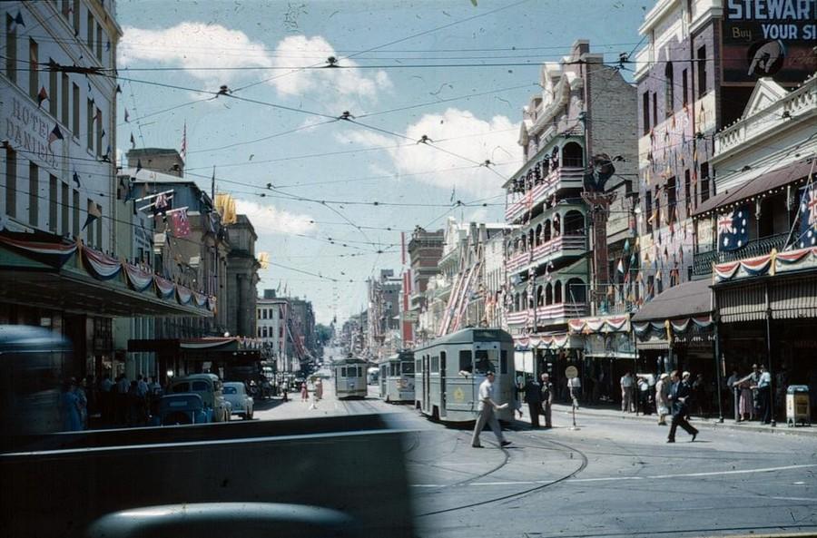 1954. A királynő érkezésére feldíszített utcák. Adelaide Street, Brisbane..jpg