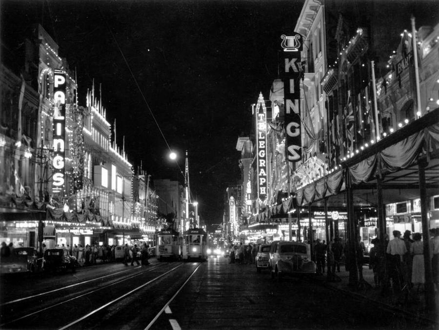 1954. A királynő érkezésére feldíszített utcák. Queen Street, Brisbane..jpg