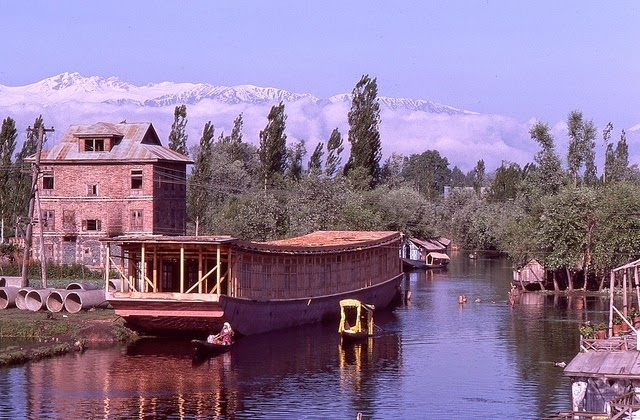 Vale of Kashmir, India, 1982 (2).jpg