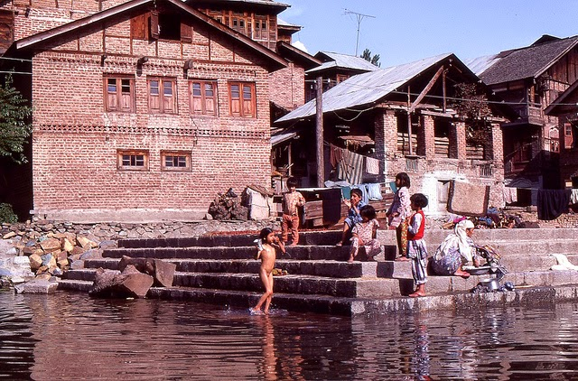 Vale of Kashmir, India, 1982 (21).jpg