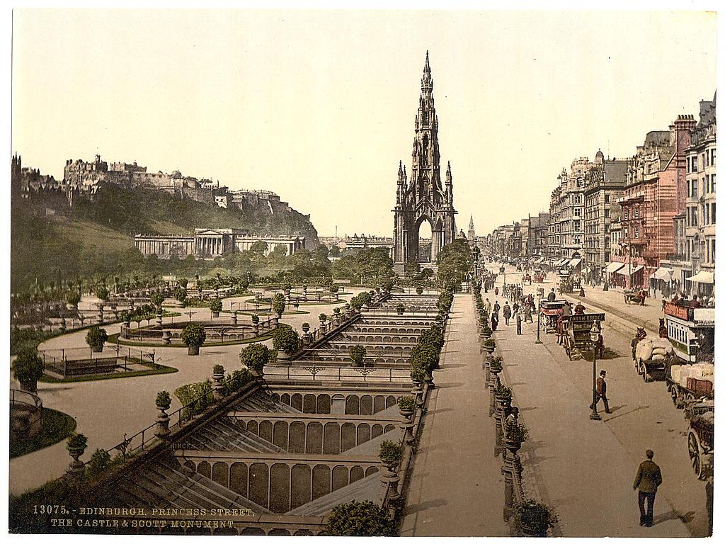 6. Princes Street, a kastély és a Scott monument, Edinburgh.jpg