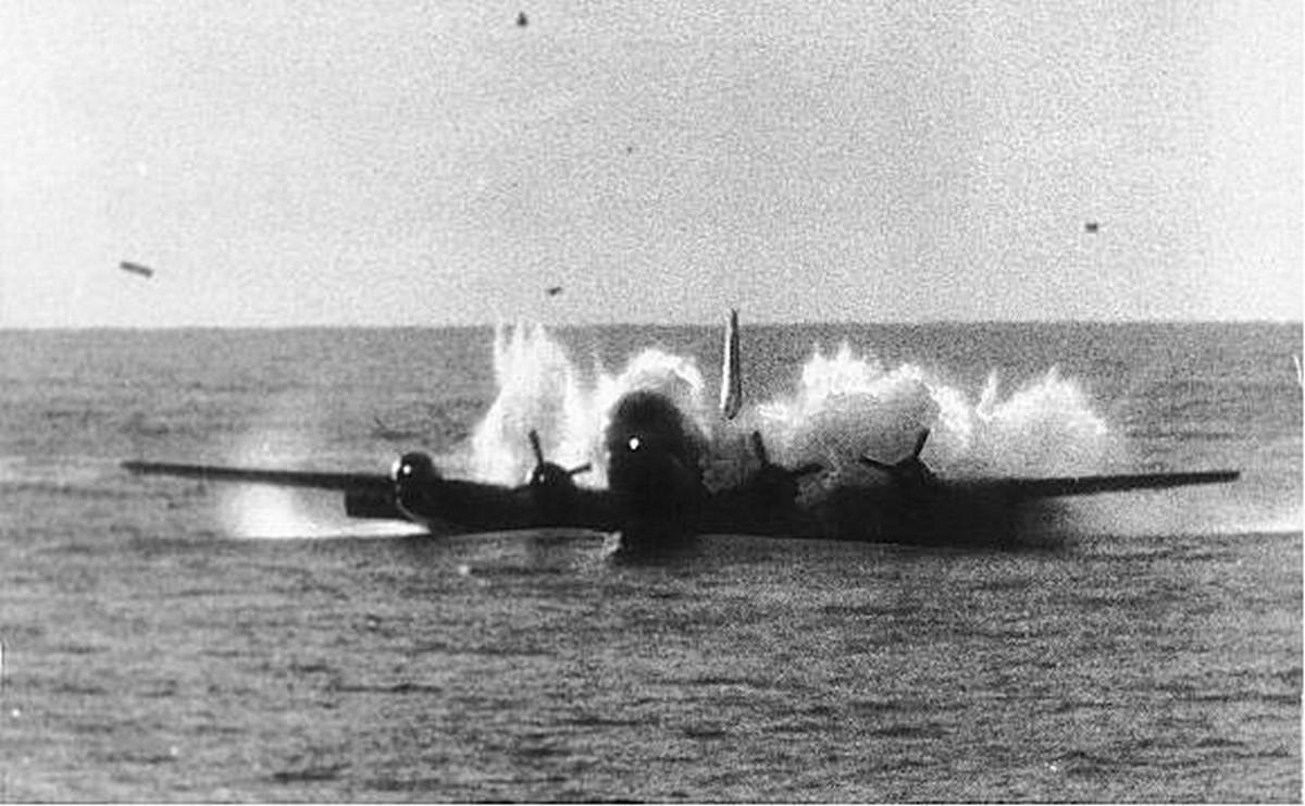 A kényszerleszállást egy közeli hajó is észlelte és a haditengerészet is sietett a bajbajutottak megmentésére...