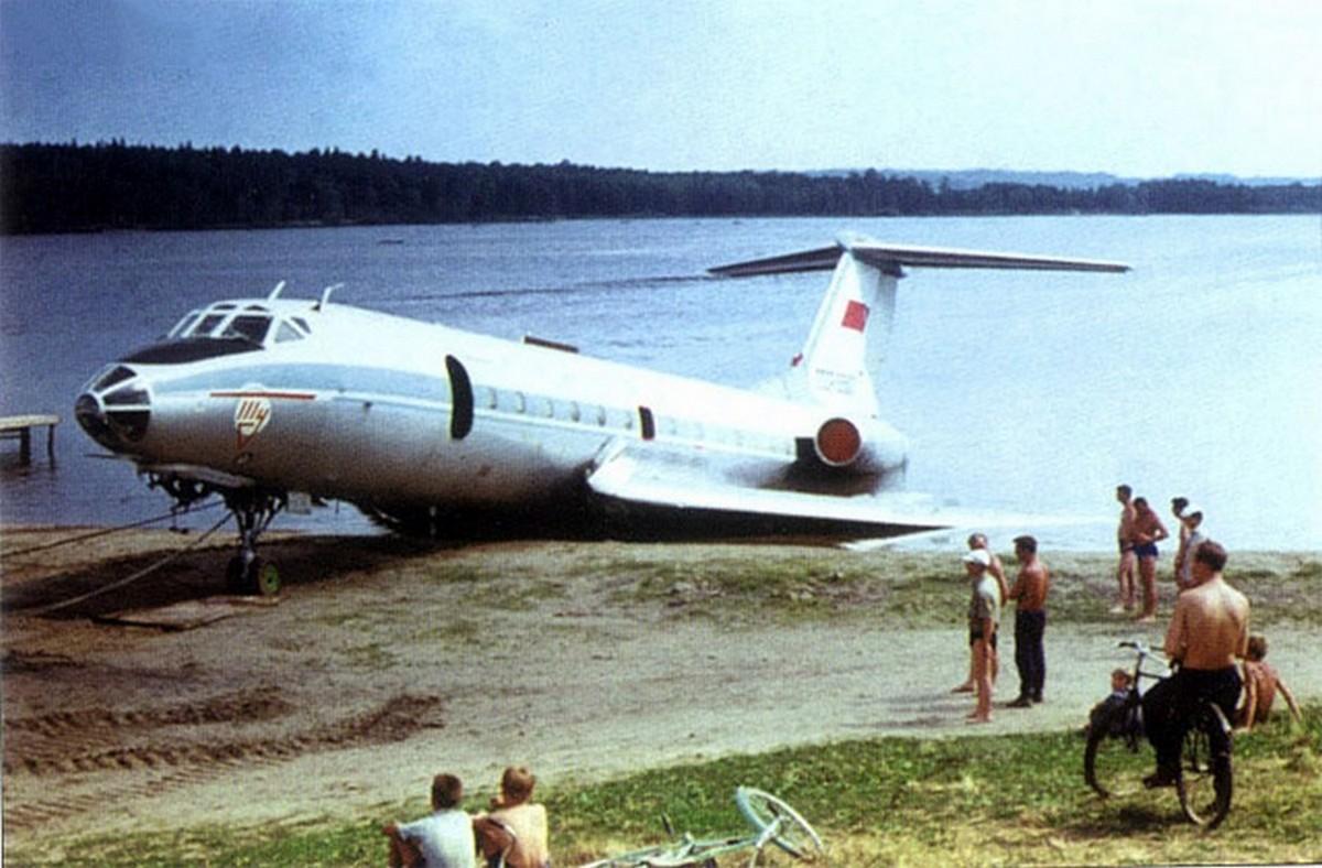 1972. Még egy szovjet eset. A cikkünkben szereplő Tu-124-es utódját tesztelték épp Seremetyevo közelében, ahol arra voltak kíváncsiak, hogy képes-e a vészhelyzeti elektromos rendszer harminchét percen át működni azután, hogy leállnak a generátorok. A gép már visszatérőben volt, amikor motorjai leálltak, mert a pilóták elfelejtették visszakapcsolni az üzemanyag-ellátást a teszt után.