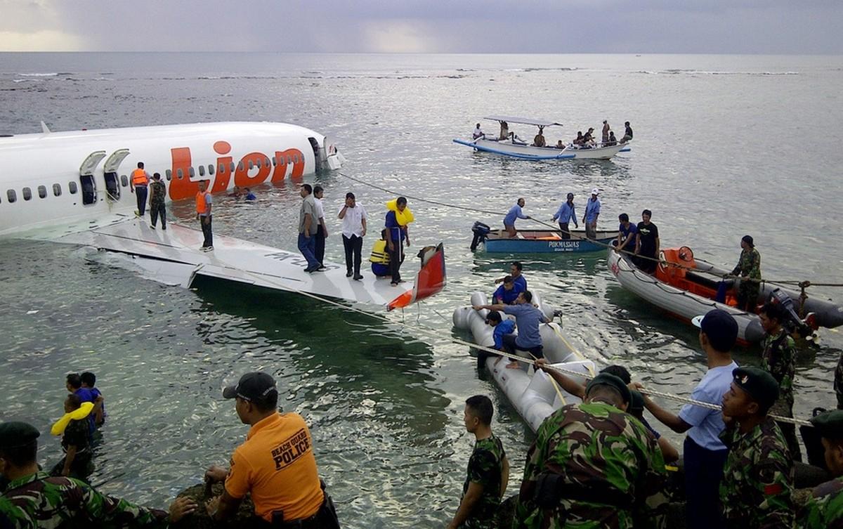 Még egy szerencsés eset a végére: 2013-ban Indonéziában a Lion Air Flight 904-es járata egy Boeing 737-800-as gép leszállás közben a pályán túlfutva a tengerben landolt.