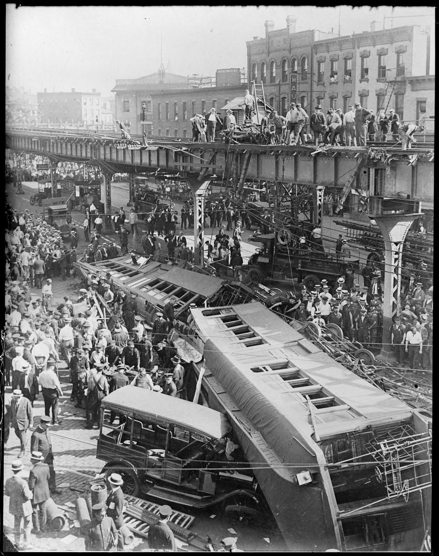 1920 körül. Magasvasúti szerelvény zuhant az úttestre..jpg