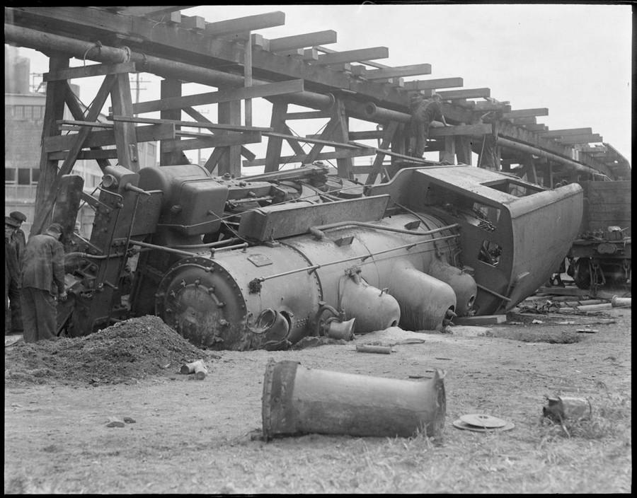 1926. Emelt pályáról lezuhant mozdony..jpg