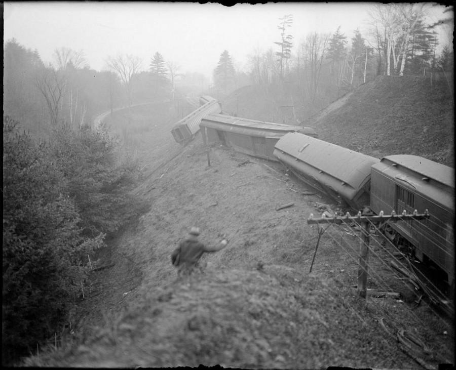 1929. Kisiklott gyorsvonat North Charlestown mellett, New Hampshire. A 45 utasból senki sem sérült meg..jpg