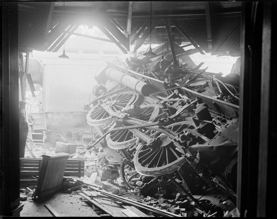1930. Stoughton, Massachusetts. A szerelvény az állomás épületébe fúródott. 1.jpg
