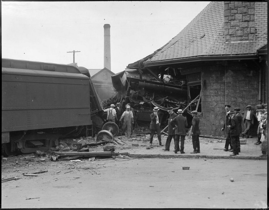 1930. Stoughton, Massachusetts. A szerelvény az állomás épületébe fúródott. 2.jpg