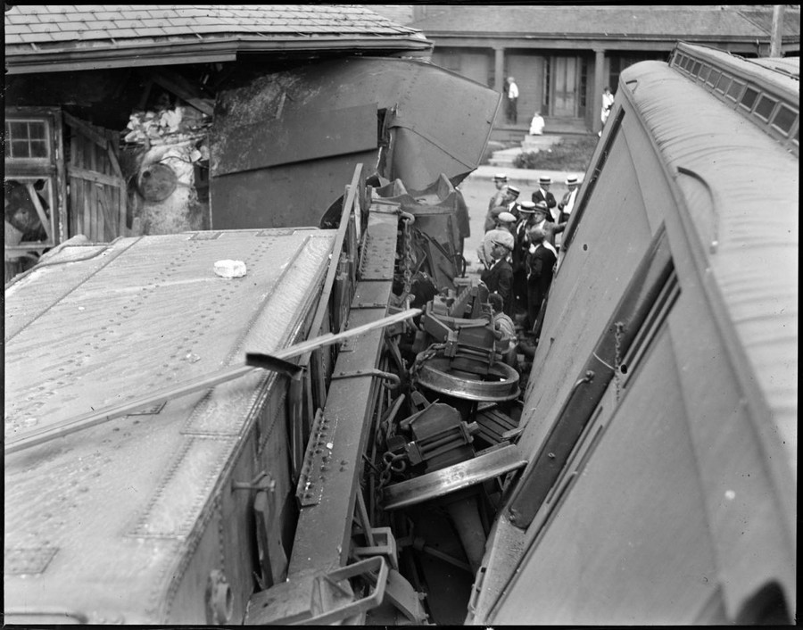 1930. Stoughton, Massachusetts. A szerelvény az állomás épületébe fúródott. 3.jpg