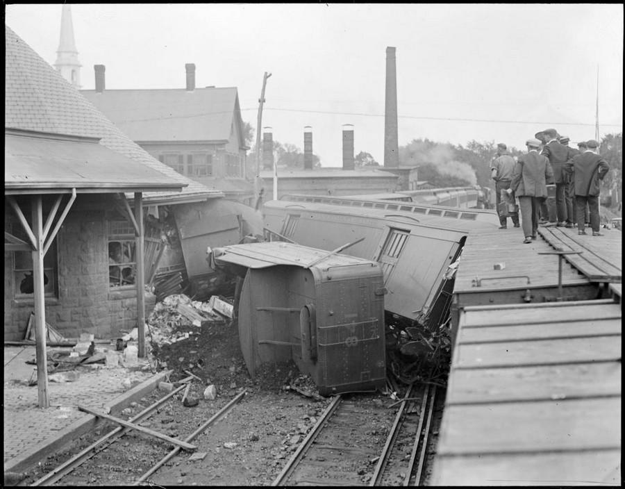 1930. Stoughton, Massachusetts. A szerelvény az állomás épületébe fúródott..jpg