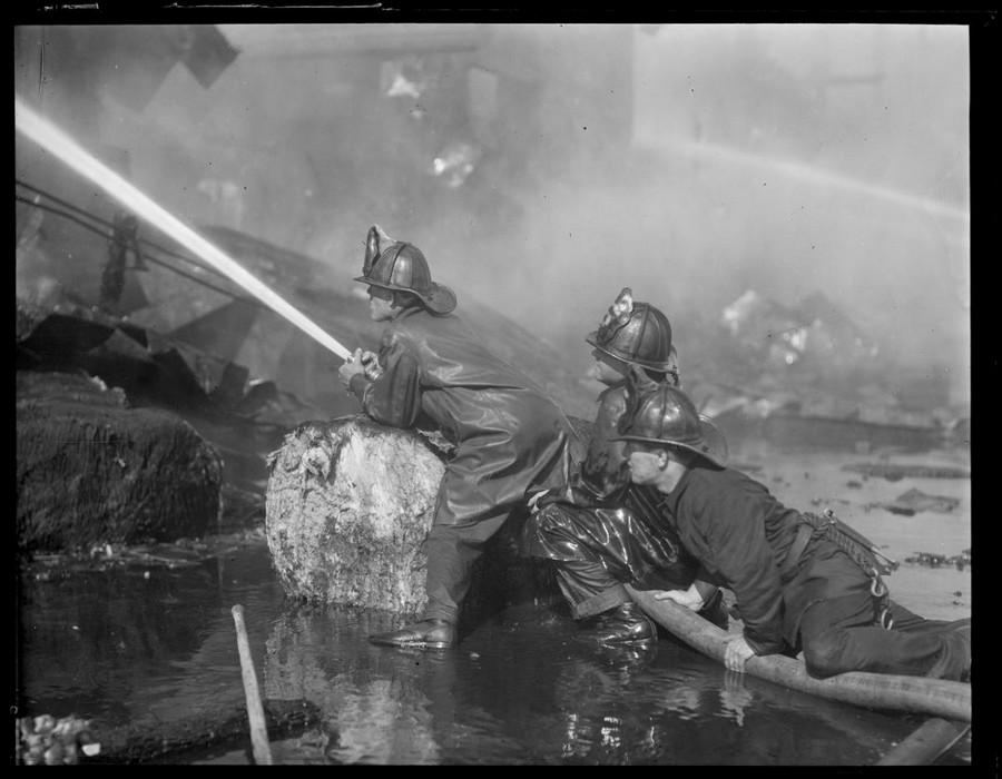 1930. Tűzoltók oltják a bostoni indóháztüzet..jpg