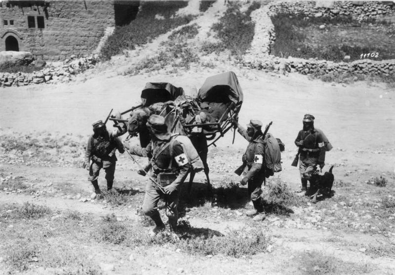 1918. Palesztina. Sérült német katonák szállítása tevén..jpg