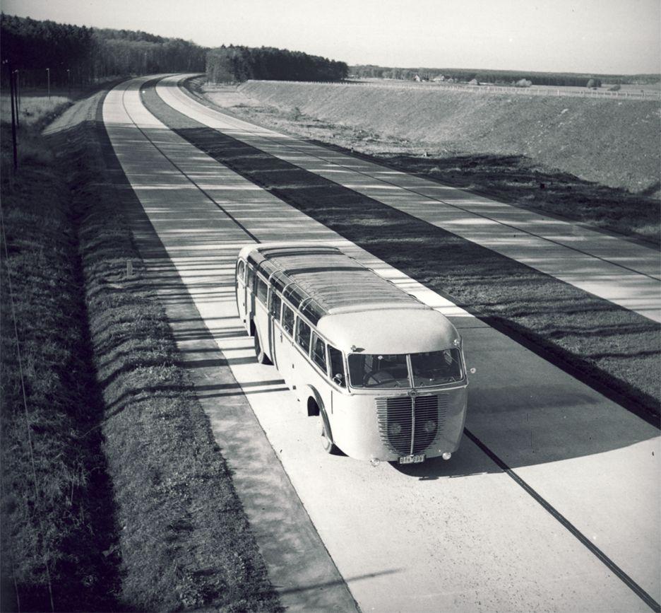 1932. Az első Autobahn Köln és Bonn között készült el..jpg